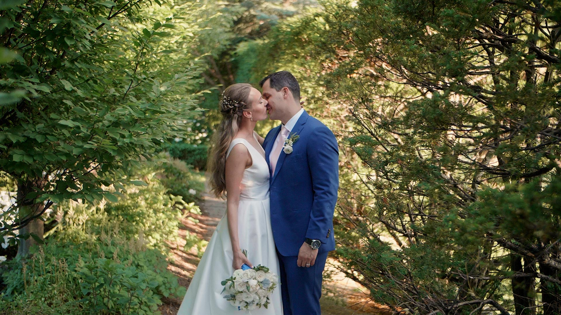 Bride and groom kiss at their Graydon Hall Manor Wedding in Toronto