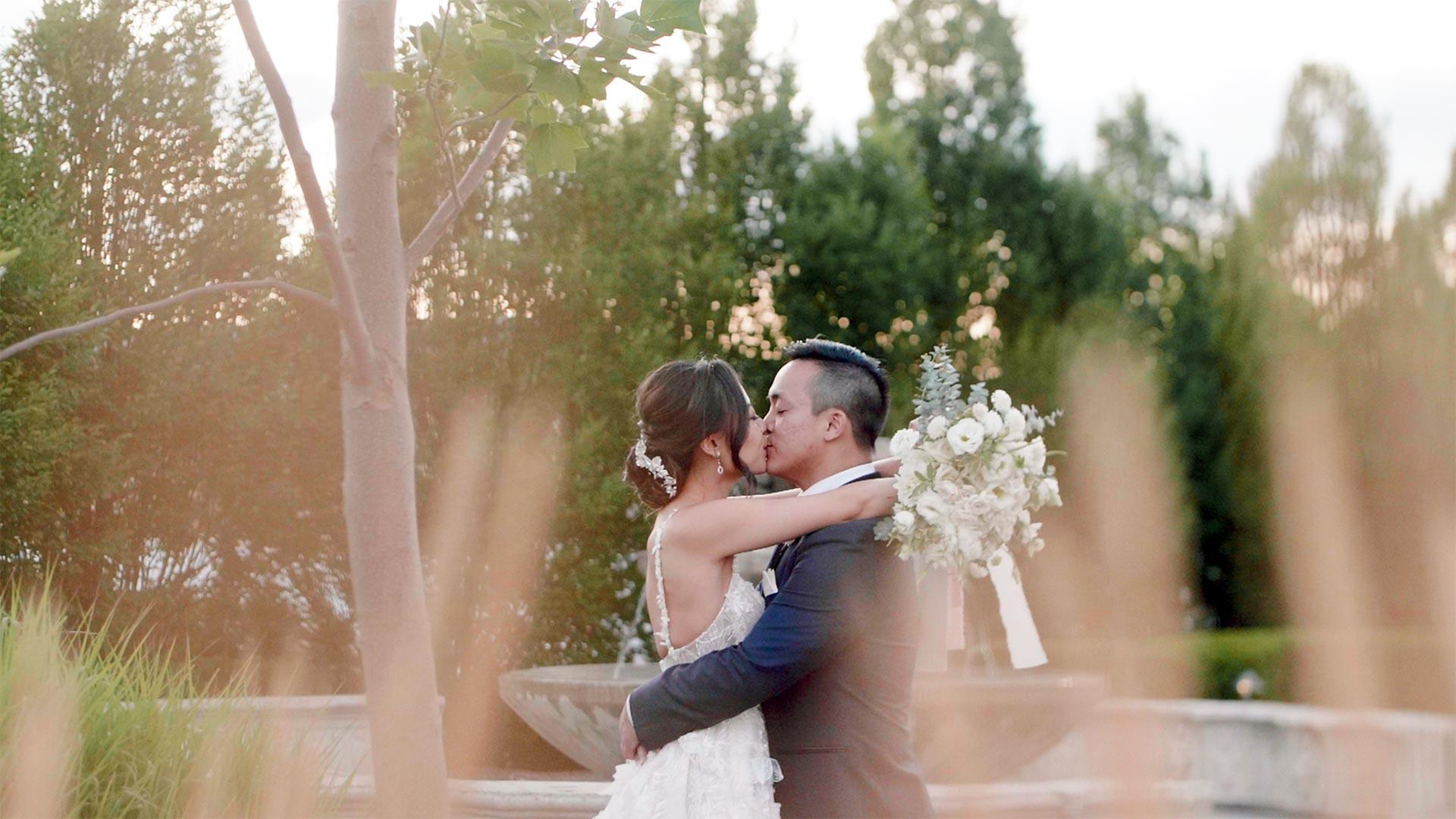Couple kiss at their Hacienda Sarria wedding by Ontario wedding videographer kismet creative